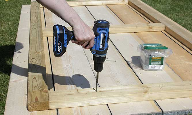 Scaffold-Board-Outdoor-Table-DIY-Project-by-Cassie-Fairy-Step-7-(1).jpg